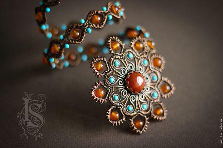 Купить или заказать Браслет 'Марракеш' в интернет-магазине на Ярмарке Мастеров. Браслет в марокканском стиле, в традиционных цветах - оранжевый сердолик и голубая бирюза. Образ навеяли замысловатые узоры мехенди. Ну и, конечно же, прекрасная арабская барышня. Браслет гибкий, но хорошо держит форму. Нужно подгонять его по своей руке, можно носить на плече или на предплечье, переворачивать любой стороной.