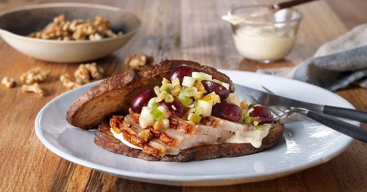 Julaften på en skive! Ribbesandwich med dressing, pære, selleri og valnøtter er som en smakebit av juleribba med waldorfsalat. Perfekt når du er i litt julestemning og lysten på noe godt.