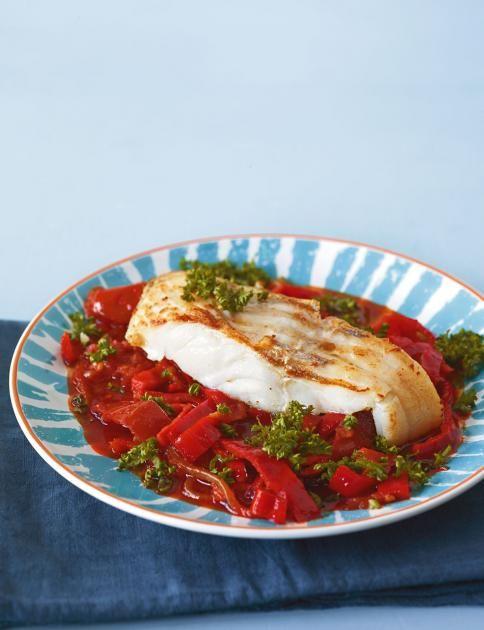 Lecker zum Sattessen: auf dem roten Meer aus würzigem Paprika-Tomaten-Gemüse ein schön saftiger Fisch.