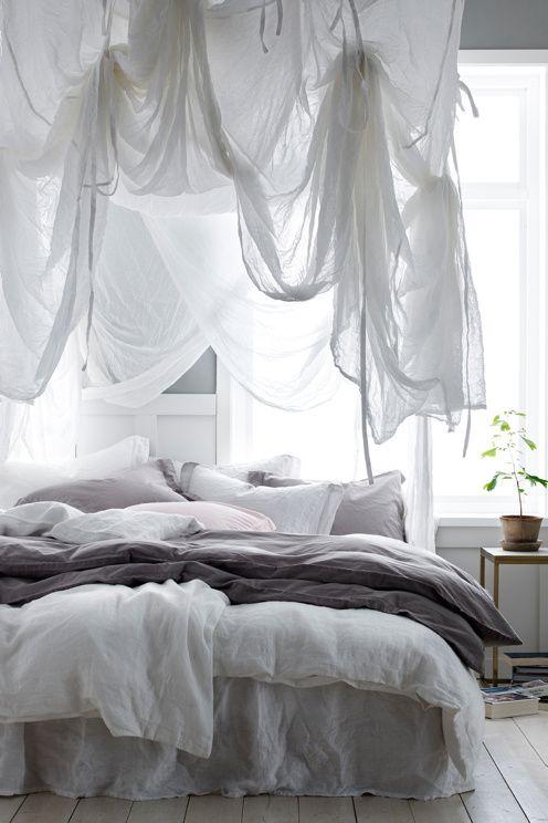 Sänghimmel i vitt, skirt, transparent bomullstyg. Fyrkantig modell med band i varje hörn som du använder för att fästa sänghimmeln i taket.…