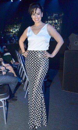 A atriz Daniela Escobar compareceu ao Prêmio Multishow com um look todo em preto e branco. A saia longa em couro estampada cobre os sapatos, combinando com a blusa mais solta de cetim, na cor branca. Daniela optou por acessórios delicados e completou a produção prendendo os cabelos.: