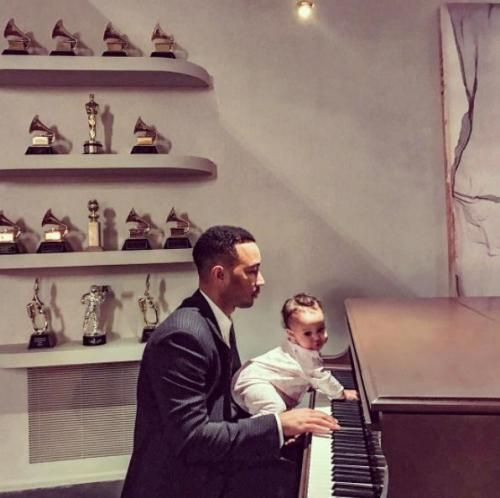 awesome John Legend rehearses for Oscars with daughter Luna Check more at https://epeak.info/2017/02/25/john-legend-rehearses-for-oscars-with-daughter-luna/