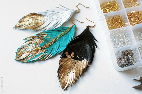 Feather oorbellen gouden gedipt in wit leder Boheemse