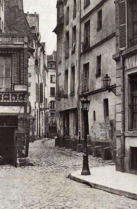 La rue des Prêtres-Saint-Séverin (Paris 5e) vue depuis la rue Boutebrie, vers 1865