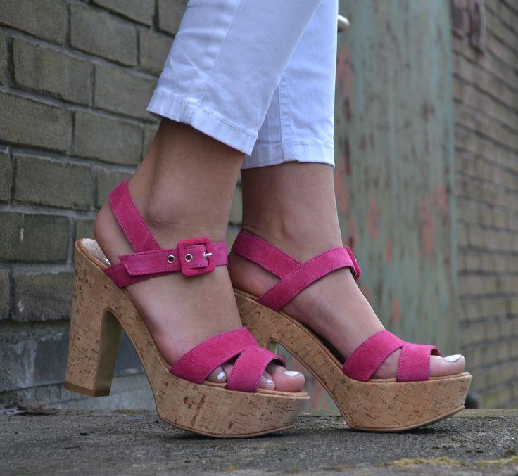 De Malu Rosa is een stoere, maar toch elegante sandaal met hak. De zool is vervaardigd uit kurk en de hard roze bandjes zijn gemaakt van suède. Ideaal te combineren met (feest)jurk, maar ook met een witte broek of jeans is deze sandaal té leuk. De Malu is ook verkrijgbaar in het zwart. #Bootsandwoods
