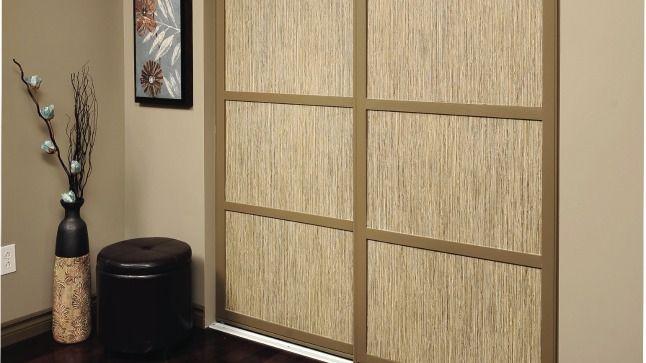 Il n'est pas facile de savoir quoi faire avec des portes miroir abimées. Les recouvrir de papier peint est une solution ingénieuse et peu coûteuse.