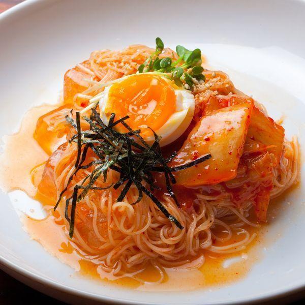 """日韓料理さくら〜裏香里園大人の隠れ家〜の呉本 昇太郎シェフ考案レシピをご紹介(^o^)/ 食べる時間を決めてから時間を逆算して作りましょう。 混ぜ合わせて盛り付けしたらすぐに「いただきます!」して下さいね。 冷麺の代わりに冷麦、ソーメン、細いうどんなどもこのレシピなら麺にしっかり絡んでくれます。 【""""逸品レシピ""""はこちら】 http://www.chefgohan.com/ippin/25#1 【レシピ詳細はこちら】 http://www.chefgohan.com/card/detail/2168 - 273件のもぐもぐ - 簡単に家庭で作れる!超本格!【スタミナ健康ピビン麺】 by シェフごはん"""