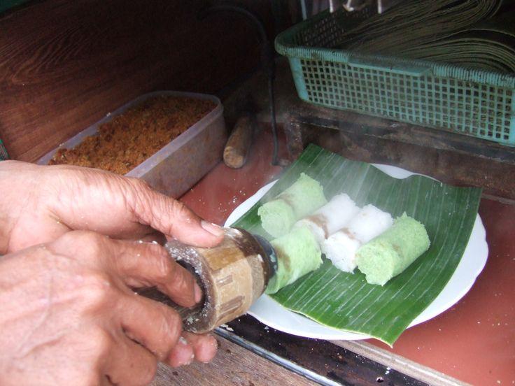 kue putu, putu bambu, kue jadul, makanan tradisional, cemilan indonesia, putu kelapa, makanan indonesia, makanan tempo doeloe