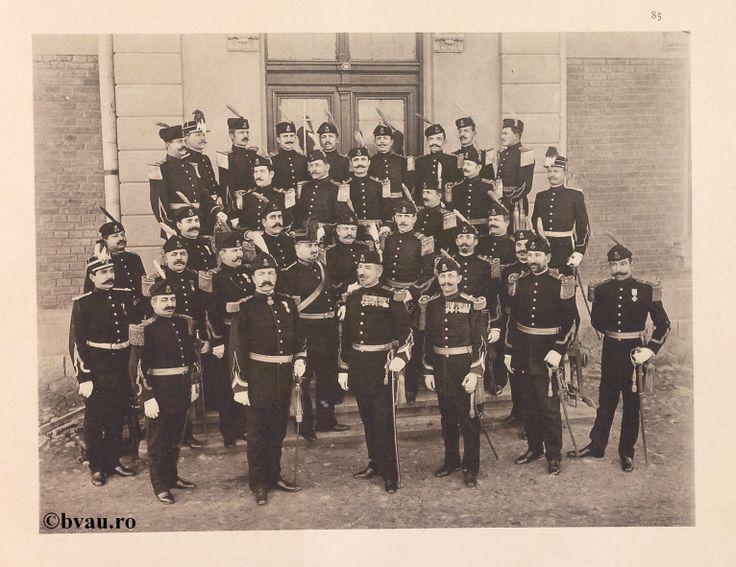 "Regimentul Radu-Negru nr. 20, 1902, Romania. Ilustrație din colecțiile Bibliotecii Județene ""V.A. Urechia"" Galați. http://stone.bvau.ro:8282/greenstone/cgi-bin/library.cgi?e=d-01000-00---off-0fotograf--00-1----0-10-0---0---0direct-10---4-------0-1l--11-en-50---20-about---00-3-1-00-0-0-11-1-0utfZz-8-00&a=d&c=fotograf&cl=CL1.18&d=J086_697980"