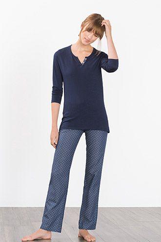 Detaljer:  -Denne pyjamas i ren, bekvem bomuld ledsager os elegant og afslappet gennem natten. -Den sporty henley-udskæring på den figursyede jersey-longsleeve fremhæves af den korte pynteknapstolpe og det delvise for med mønster. -Bukserne i let bomuldsstof med indvævet, prikket mønster har en bekvem elastiklinning med indvendig snor og en lige, afslappet benvidde.