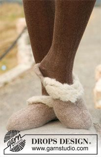"""Felted DROPS slippers in 2 strands """"Eskimo"""" with crochet edge in """"Puddel"""". ~ DROPS Design"""