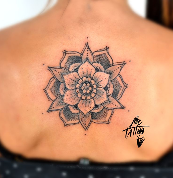Strange design done freehand. Do you like this mandala. Next time i'll put a watercolor pattern behind. Down next appointment of #alletattooINKtour - January 10/11 in Fossano (Italy) - January 27/28 in Palermo - Ferbuary 13/14 in Lyon (France) - March 12/103 in Roma (Italy) - April 1/2/3 in New York - April 8/9/10 in Bologna #happyalletattoo#tattoo #ink