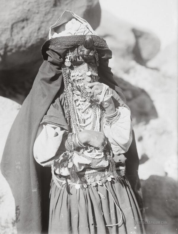 1900〜1920年頃にエジプトのシナイで撮影されたベドウィンの女性。 ベドウィンは一般的にはアラブ系遊牧民を指す。 羊・ヤギ・ラクダなどの家畜を飼育しながら遊牧生活し、父系の血縁関係を重視する。