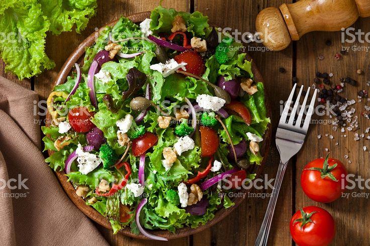 Salada primavera foto de cima de mesa de madeira rústica - foto de acervo…