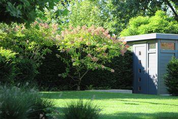 Gartenhaus taubenblau  Taubenblau ist das würfelförmige Gartenhaus im Designer-Garten ...