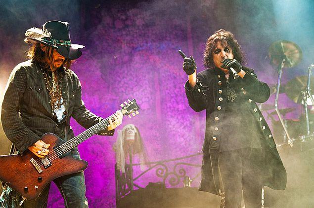 """Faith No More e grupo de Alice Cooper e Johnny Depp vêm ao Rock in Rio em setembro de 2015!!! Johnny Depp (à esq.) tocando guitarra em show com Alice Cooper em Los Angeles em 2012. Quem diria que o famoso artista Johnny Depp, tocando guitarra ao lado da LENDA """" ALICE COOPER"""" protagonista do rock metálico, do rock progressista utilizado por inúmeras bandas de rock sob sua influência. Parabéns aos dois...!!!"""
