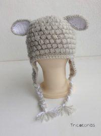 Gorro cordero con trenzas de lana  Un gorro con trenzas y orejeras para bebé y todas las edades.