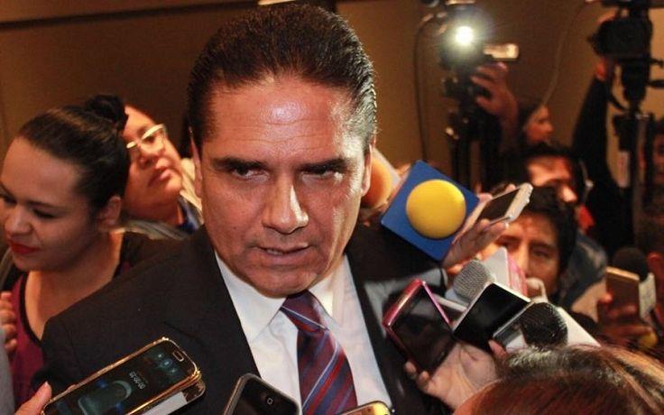 En torno a la detención de 52 normalistas que secuestraban vehículos, bloqueaban la Autopista Siglo 21 y vandalizaban en la caseta de Zirahuén, el gobernador de Michoacán advirtió que no ...