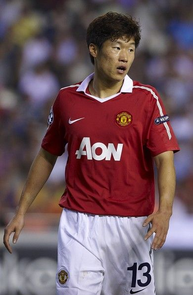 Park Ji-sung Photos - Park Ji-Sung of Manchester United looks on during the UEFA Champions League group C match between Valencia and Manchester United on September 29, 2010 in Valencia, Spain. Manchester United won 1-0. - Park Ji-sung Photos - 96 of 225