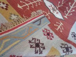 La produzione dei tappeti indiani, tanto fiorente e apprezzata in età Moghul, era organizzata quasi esclusivamente in manifatture, di cui oggi si possiedono elenchi di nomi, che tuttavia non consentono di assegnare alle diverse tipologie precise zone geografiche.