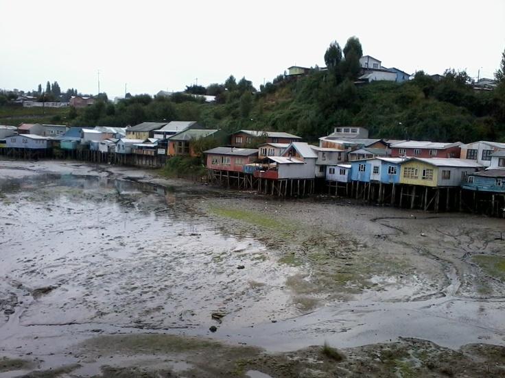 Nunca encontré la forma de llegar a esas casas, la única opción era nadar. En Palafitos de Castro, Chiloé