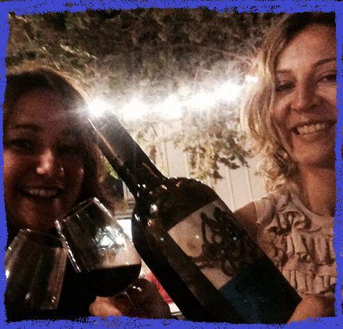Autorretrato con nuestro Obergo Merlot y bellas damas brindando por las noches estrelladas del Festival Vino Somontano