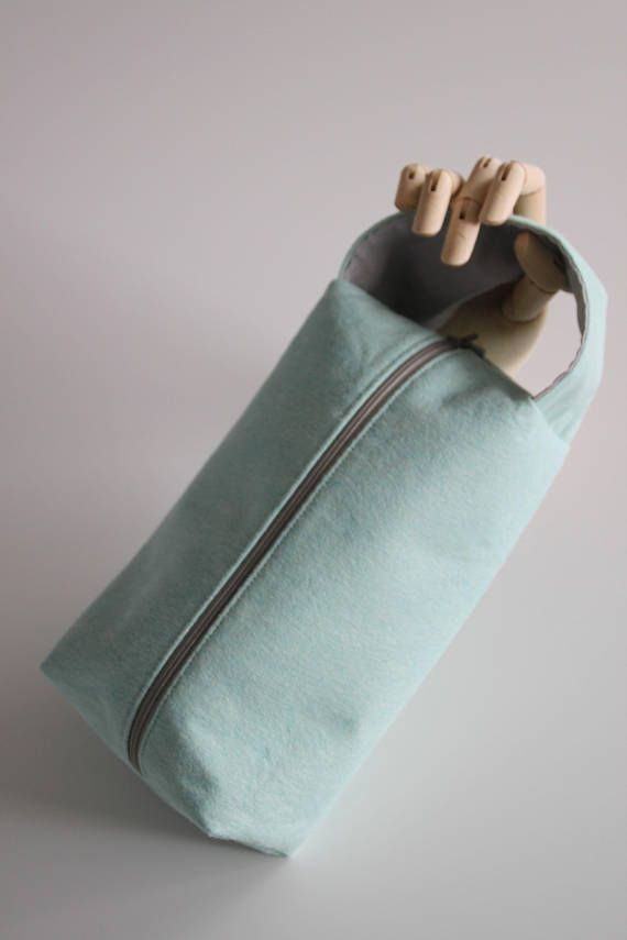 This project bag has a felt outside and a cotton fabric inside.  It is big enough for a medium size project. It has a handle so it easy to take your project with you wherever you go. It also protects and helps organize your projects.  It has a mint color outside. A beautiful pastel color, that looks good with everything. The inside is a light grey color.  Give your beatiful project a pretty home. It deserves it.