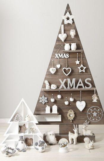 クリスマスツリーは、木じゃなくても作れるんです!たとえばこんな風に、ツリー型のパネルや置物にオーナメント替わりのモチーフやぬいぐるみを飾るのもとっても可愛いですよね!