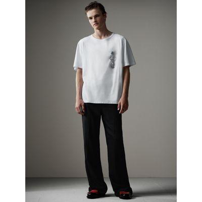 オーバーサイズなクリスタルブローチで飾ったボクシーフィットのコットンTシャツ。取り外し可能なブローチは、シャツのトップボタンやお気に入りのトートバックに取り付けても。