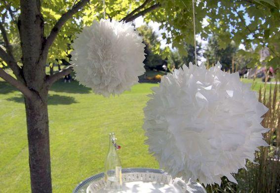 Vuilniszakken en boodschappentasjes als Feestversiering of Decoratie; Pompons van plastic. - Plazilla.com