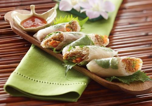 Ensalada de rollitos de primavera tailandeses con Nueces de California. La cocina oriental es rica en platos vegetarianos. Ésta es una muestra.