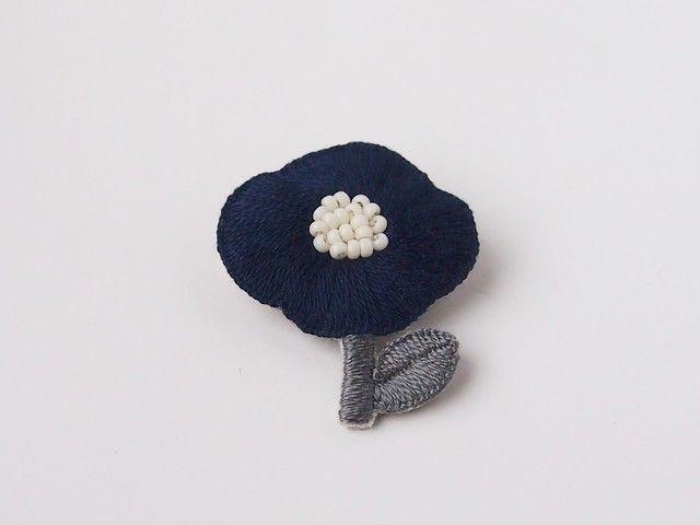 [受注制作]お花一輪の刺繍ブローチ(navy)