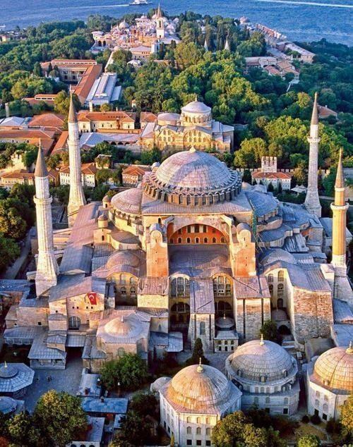 Hagia Sophia - Estambul. Entre los monumentos del reinado de JUSTINIANO que han sobrevivido en Constantinopla, el principal es la iglesia de Santa Sofia, el templo de la sagrada sabiduría, la obra arquitectónica por excelencia de la época (532-537 d.C.)