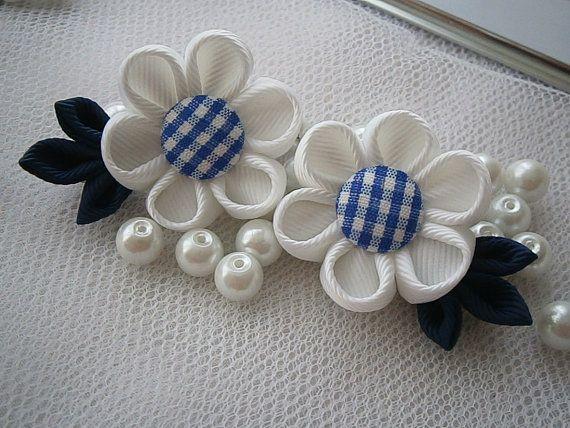 2 pinzas de pelo KANZASHI hecho a mano. Clips del pelo precioso hecho a mano con butttons de tela de algodón a cuadros. Las flores, de cinta del grosgrain, miden aprox. 3cm(1.25) 5 cm (2). Montado en un cocodrilo color plata pelo clip 4cm (1,5 ) largo. Mis accesorios para el