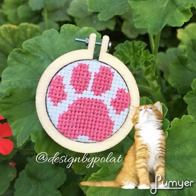 Minik patişlere bir yenisi daha eklendi 🐾🐾🐾 #designbypolat #etaminkolye #carpiisi #kanaviçe #necklace #rengarenk #sipariş #crossstitch #stitcher #xstitch #crossstitchland #pointdecroix #crossstitching #stitchersofinstagram #gift #embroidery #sewing #minihoops #kanaviçekolye #30for30crafting #cat #catsofinstagram #dog #animal #summer  #sonbahar #aniyakala #hayatagülümse #picoftheday #catslovers