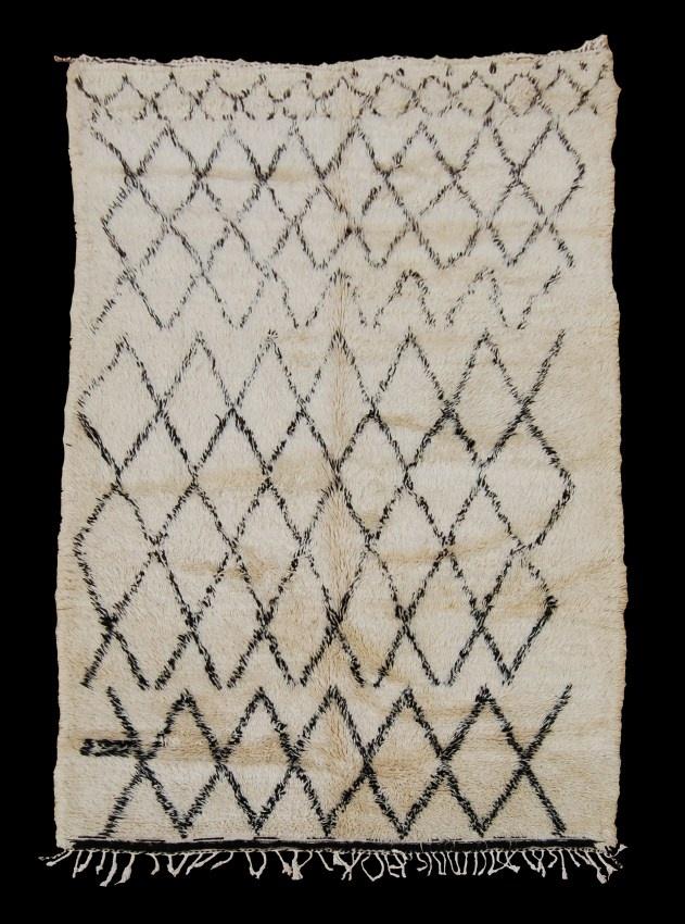 Los campesinos del Atlas marroquí tejen con lanas de cordero estas alfombras para sus ajuares. Los anticuarios occidentales se fijaron en ellas y ahora se han convertido en La Alfombra que cubre los suelos de los espacios más cosmopolitas del mundo. ¿Cualidades? La Beni Ouarain es cálida, es discreta, se lleva bien con todo, es imperfecta, ¡es bellíiiiisima!, y está en las casas de mucha gente que amo.