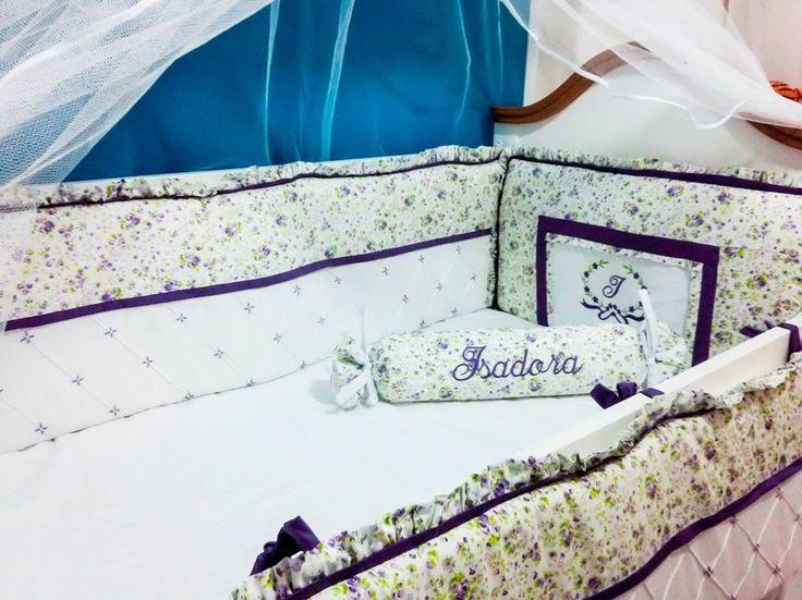 MFE003- Enxoval das Gêmeas Isadora e Gabriela - Kit berço Lilas e verde floral, personalizado com monograma bordado das iniciais das gêmeas. Acompanhado de conjunto de babá simples e cortina. Fone e WhatsApp: (081) 9.9973-3633 | 9.8774-0777 -- @maesefilhosmulticoisas – Facebook - https://www.facebook.com/pg/maesefilhosmulticoisas/photos/?tab=albums