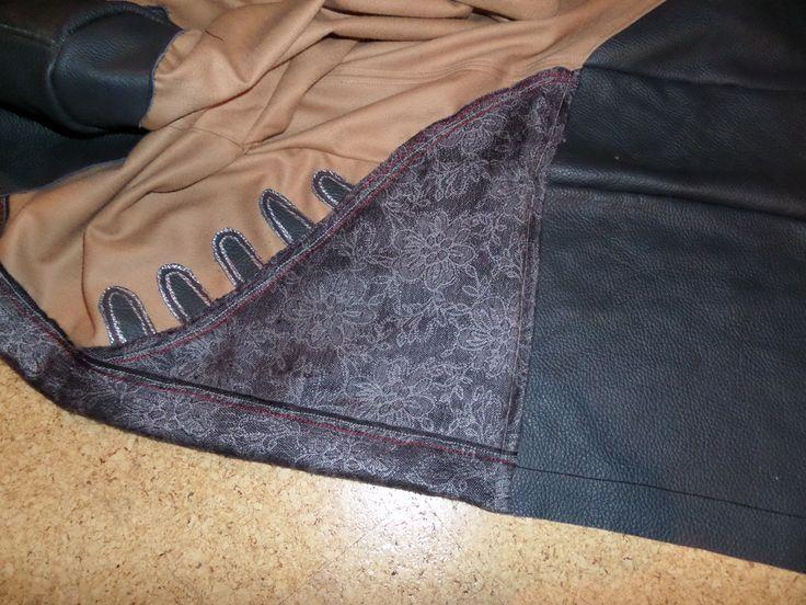 32. Hier habe ich noch kleine Ledersteifen zur Verzierung ausgeschnitten. Zusätzlich sind sie mit einem einfachen Silberstift bemalt. Außerdem habe ich noch rote und schwarze Ziernähte gemacht.