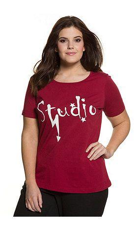 Shirt met fris Studio tekstdesign op de voorkant. Aansluitend gesneden met ronde hals en korte mouwen. Type: slim.