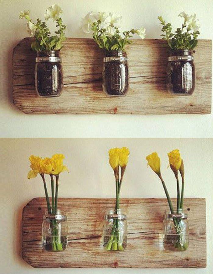 On fixe des bocaux sur une planche en bois que l'on accrochera au mur. Et voilà des vases qui changent !...