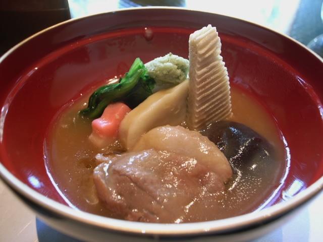 治部煮@金沢    金沢の郷土料理鍋と言えば、治部煮(じぶに)。 治部煮は、代表的な加賀料理のひとつ。薄切りにした鴨の肉に小麦粉をまぶし、煮た料理です。…