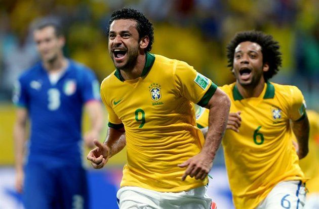 GRA300. SALVADOR (BRASIL), 22/06/2013.- El delantero de Brasil, Fred (i), celebra su segundo gol, el cuarto de su equipo ante Italia, junto a su compañero Marcelo Vieira, durante el partido, correspon