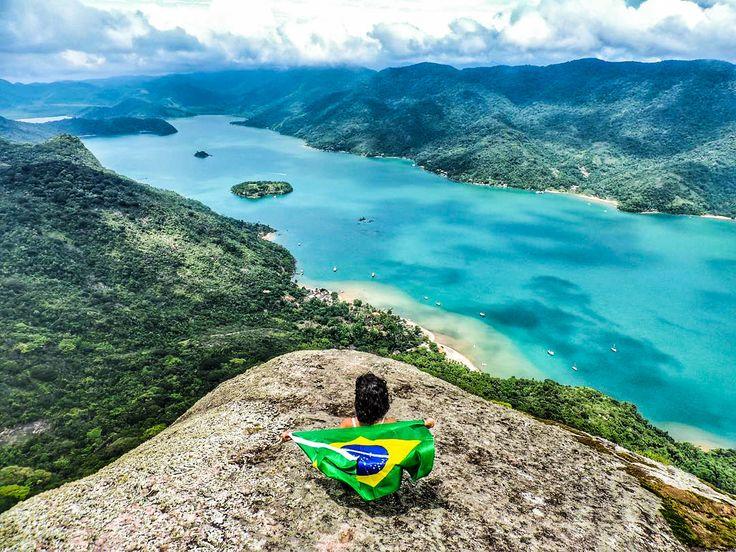 A foto da semana é da @escolhas_de_simone no pico do Mamanguá um . Um ecossistema marinho único e considerado o único fiorde tropical do Brasil. Mande a sua foto para #desviantes que todas as sextas postamos a melhor foto da semana. Caso tenha interesse em fazer o passeio clique no link do perfil (http://desviantes.com.br/trekking/RJ/paraty/pico-do-mamangua-em-paraty-paraty-explorer/) ou entre em contato com a gente desviantes@desviantes.com.br . #natureza #viagem #picodomamangua