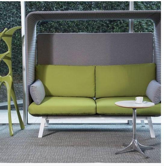 PRIVEE El diseño de este sillón o sofá permite disfrutar de la comodidad y privacidad en un espacio abierto, gracias a su sistema de acústica. Creado para áreas lounge de las organizaciones.