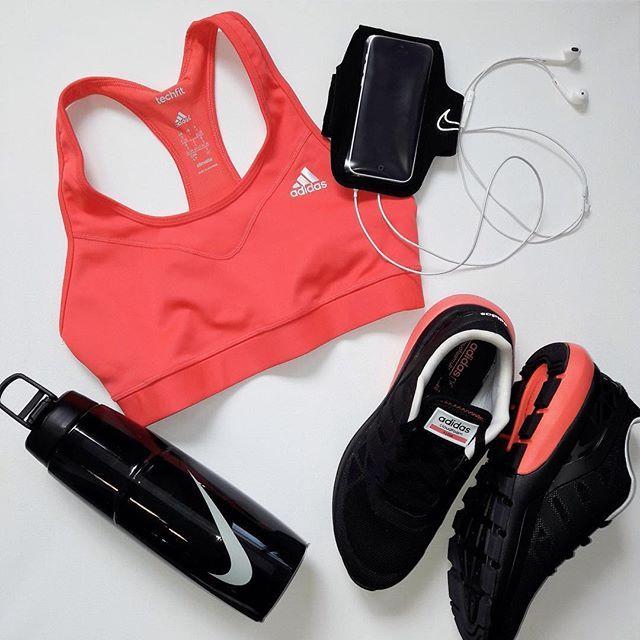 Run, baby, run ;) Perfektes Wetter um heute eine Runde Laufen zu gehen - kein Regen und nicht zu heiß  nur ein heißes Outfit von Hervis @hervis_sport #sport #fitgirl #ootd #sportoutfit #adidas #nike #running #FORUM1 #flatlay #flatlays #flatlayapp www.theflatlay.com