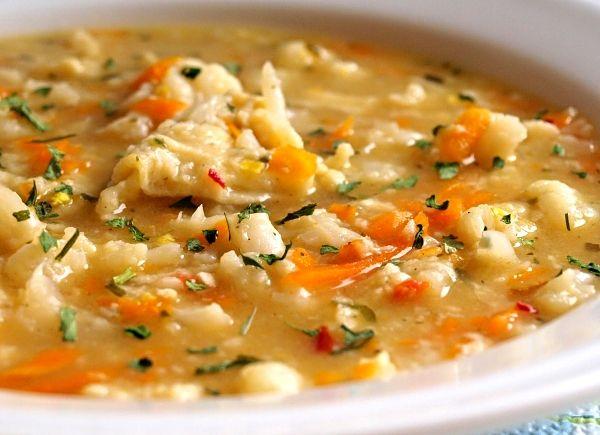 Zeleninová polévka z květáku a dalších ingrediencí, zahuštěná jíškou, doplněná o domácí kapání.