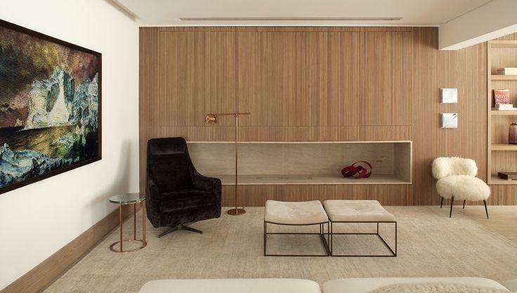 O jovem casal proprietário deste apartamento havia visitado uma casa projetada e decorada pela designer de interiores Deborah Roig e decidiu chamá-la para criar o novo lar em São Paulo. Ao conceber este apartamento de 380 m² no bairro do Campo Belo a profissional transitou livremente entre o clássico e o contemporâneo.
