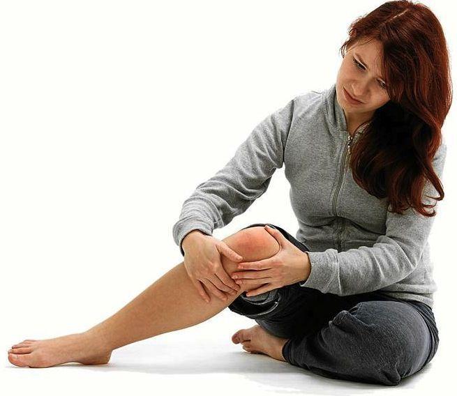 Es bastante frecuente el ardor de rodillas y se produce por inflamación en la articulación de la rodilla. Las causas por las que puede aparecer el ardor de rodillas son: -padecer diabetes -practicar deportes como correr, saltar, levantar pesas, entre otros -subir escaleras -padecer de gota, artritis psoriásica, lupus eritematoso sistémico, artritis reumatoide, neuropatía periférica -abuso de alcohol -sufrir de infección del hueso -tener enfermedad arterial periférica -padecer de obesidad…
