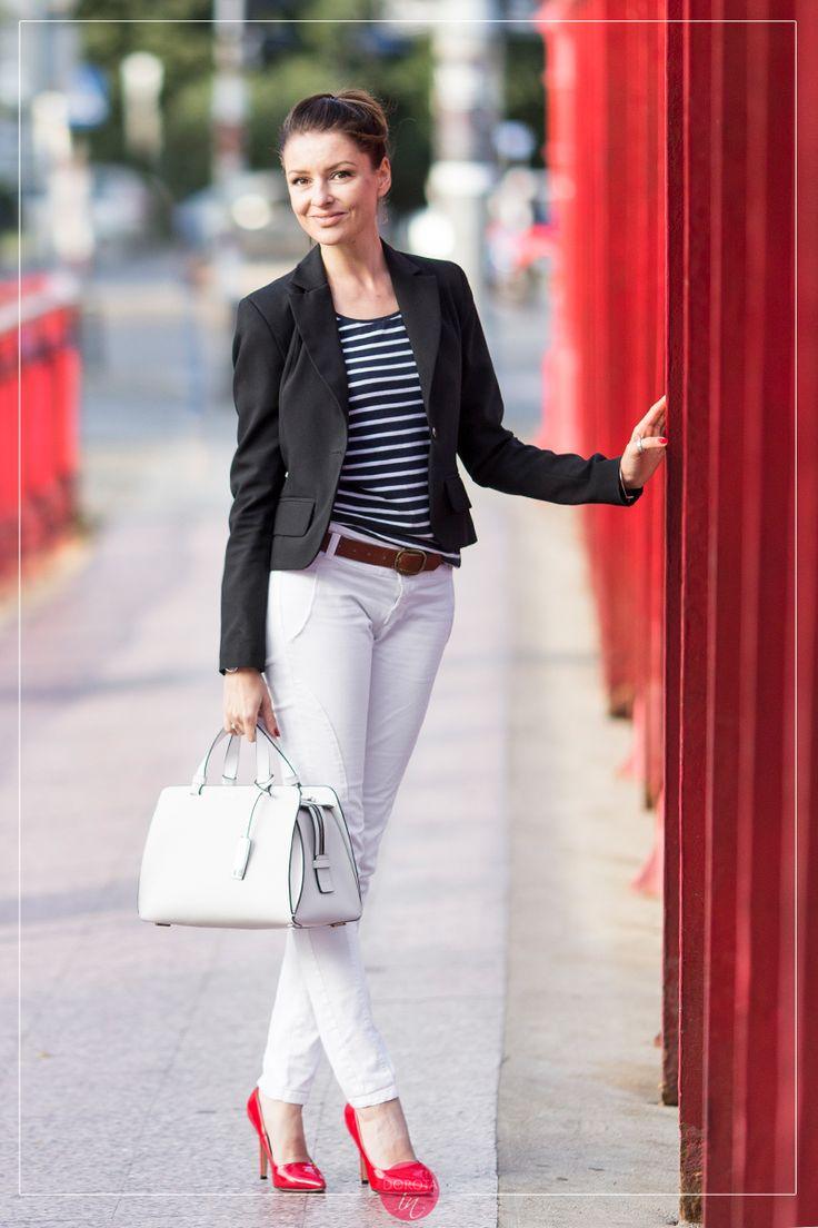 Granatowa bluzka w paski i białe spodnie, czerwone szpilki, czarna marynarka i biała torebka do ręki - stylizacja w stylu smart casual, elegancko i prosto.  http://dorota.in/bluzka-paski-biale-spodnie-stylizacja-czerwone-szpilki-marynarka/  Black jacket, navy striped blouse, white trousers with red high-heels and white bag #outfit.  #style #fashion #moda #styl