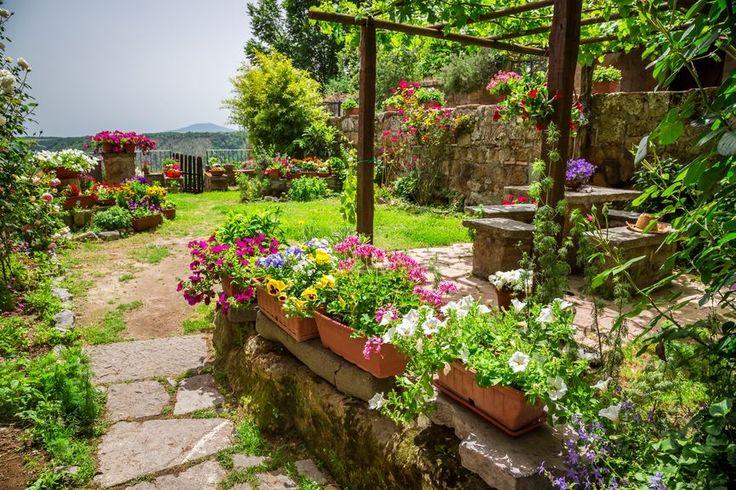 60 идей средиземноморского стиля в интерьере – праздник каждый день (фото) http://happymodern.ru/sredizemnomorskijj-stil/ Яркий сад в средиземноморском стиле